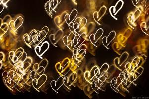 Hartjes gemaakt van licht in de nacht