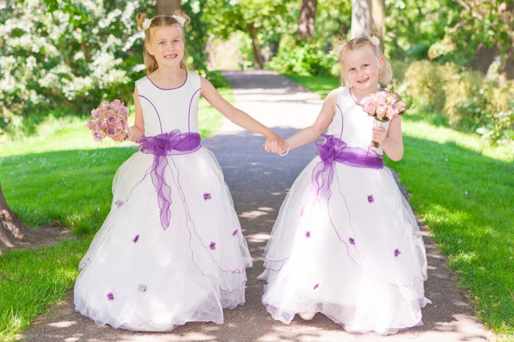 Bruidsmeisjes hand in hand op pad