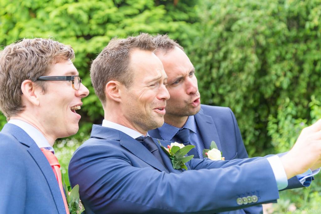 drie mannen in pak maken selfie