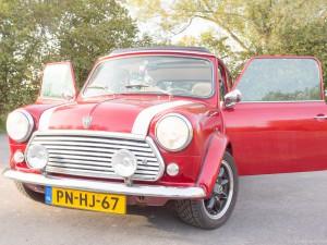vooraanzicht retro Mini Cooper Cabrio huurauto met deuren open