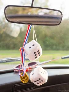 Pluche dobbelstenen aan binnenspiegel Mini Cooper Cabrio