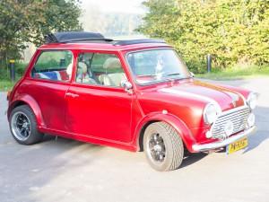 Rode Mini Cooper cabrio totaal aanzicht