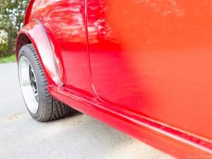 zijkant van rode retro Mini Cooper