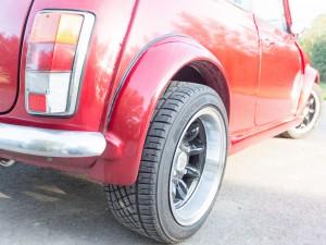 Brede banden onder retro Mini Cooper huurauto
