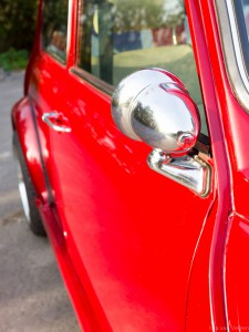 detail foto chromen spiegel retro rode Mini Cooper huurauto