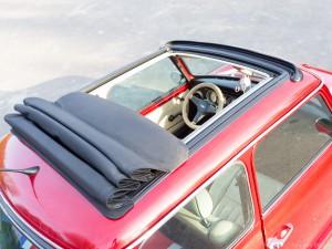 Top aanzicht open dak van rode retro Mini Cooper Cabriolet huur auto