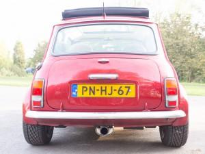 Achter aanzicht rode retro Mini Cooper Cabrio huurauto