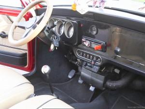 dashboard en stuur van retro Mini Cooper huurauto