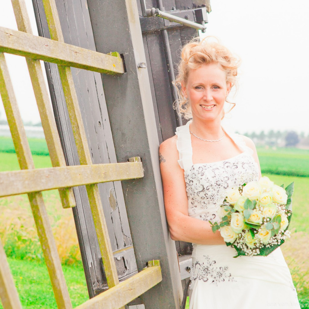 Bruid bij wieken van molen