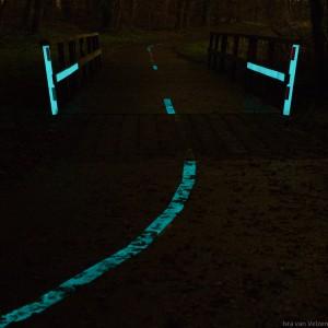 Nacht foto vooraanzicht Glow in the dark markering gemonteerd op fietspad
