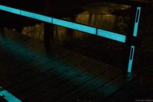 Close-up van Glow in the dark markering gemonteerd op een fietsbrug