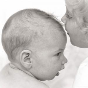 Kindje geeft baby een kusje