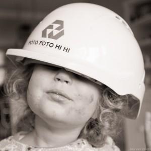 Kind met veiligheidshelm op