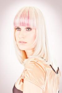 Vrouwelijk model met wit haar en roze accenten