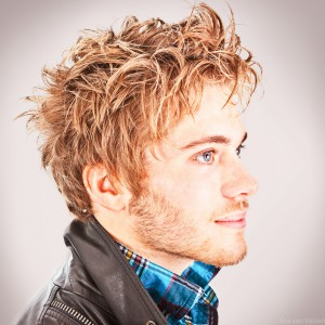 Manlijk model met wild haar