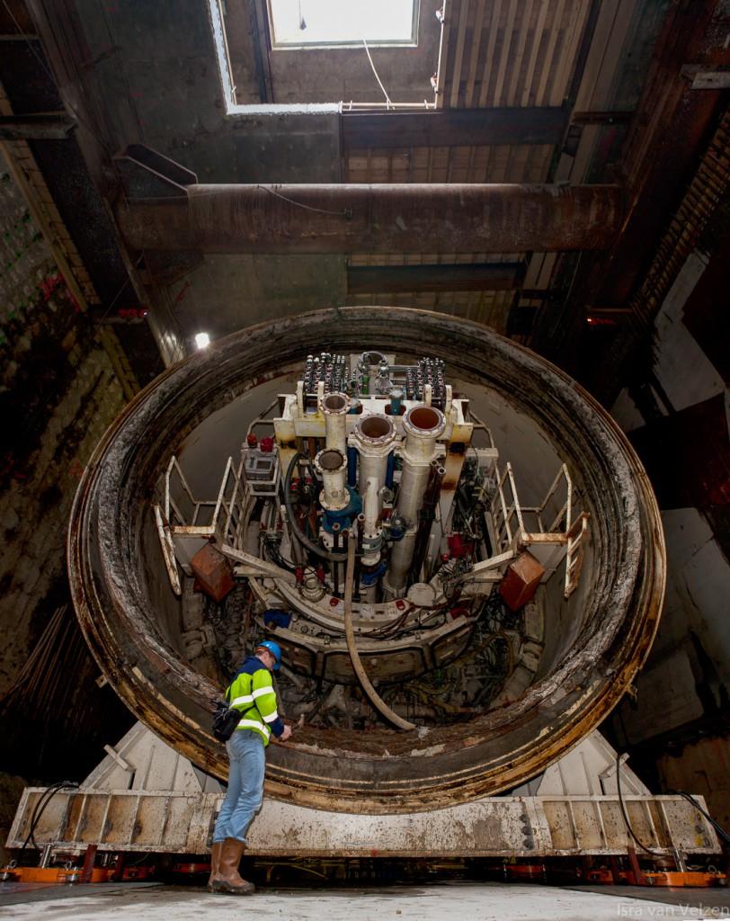 medewerker bij achterzijde van tunnelboor Noord-Zuidlijn Amsterdam
