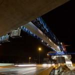 Nachtfoto van brugelementen die worden geplaatst boven de snelweg A10. Infra