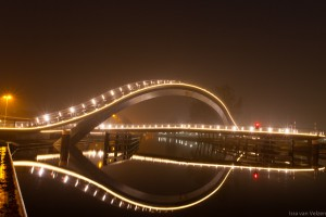 Zijaanzicht van de Melkwegbrug in Purmerend bij nacht. Ook wel bekend als 'De Bochel'