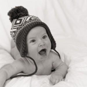Baby met muts op